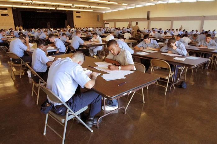 800px-US_Navy_030313-N-3228G-001_Nearly_250_candidates_for_E-5_mark_their_answer_sheets_while_taking_the_March_2003_advancement_exam_at_the_Club_Pearl_Complex